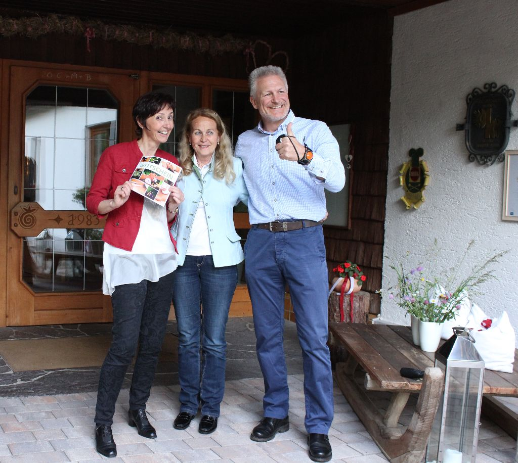 Das glückliche Ehepaar Gfrerer mit Frau Baumann vom Hotel Alpenrose in der Mitte.