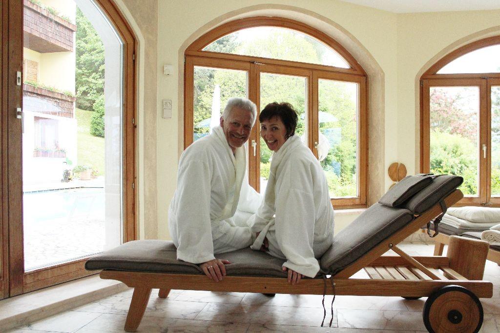 Jeanette und Siegfried Gfrerer warten auf ihre Massage im Wellnessbereich